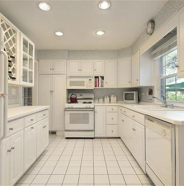 两居室现代简约风格纯白色厨房设计图片