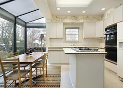 一樓別墅現代風格廚房餐區一體化設計圖片