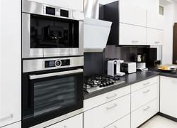 現代黑灰白經典色系搭配廚房設計圖片