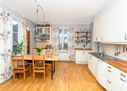 現代原木風廚房餐區一體化設計圖片